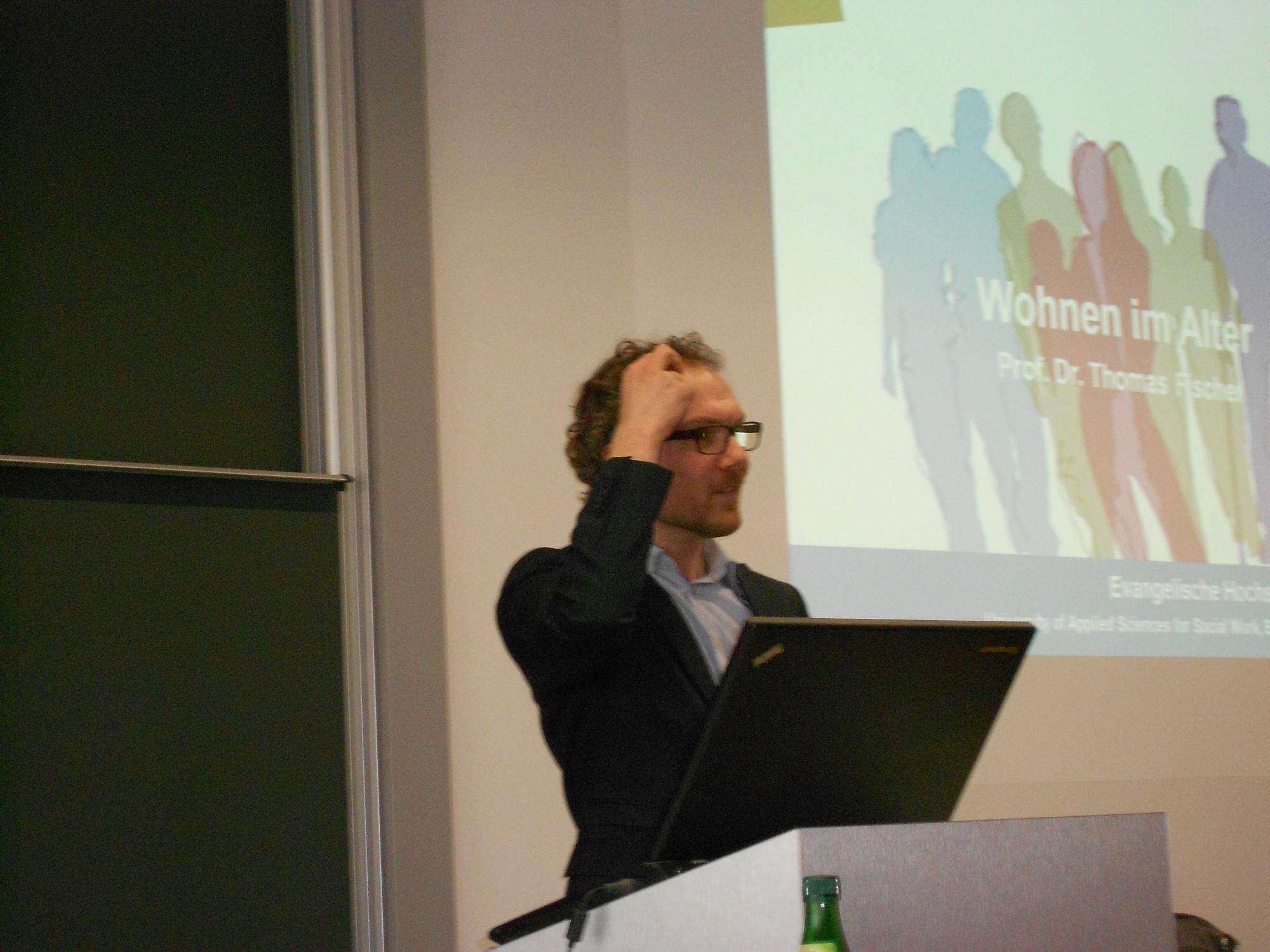 Prof. Fischer stellt sich den gehörlosen Teilnehmern in Deutscher Gebärdensprache vor
