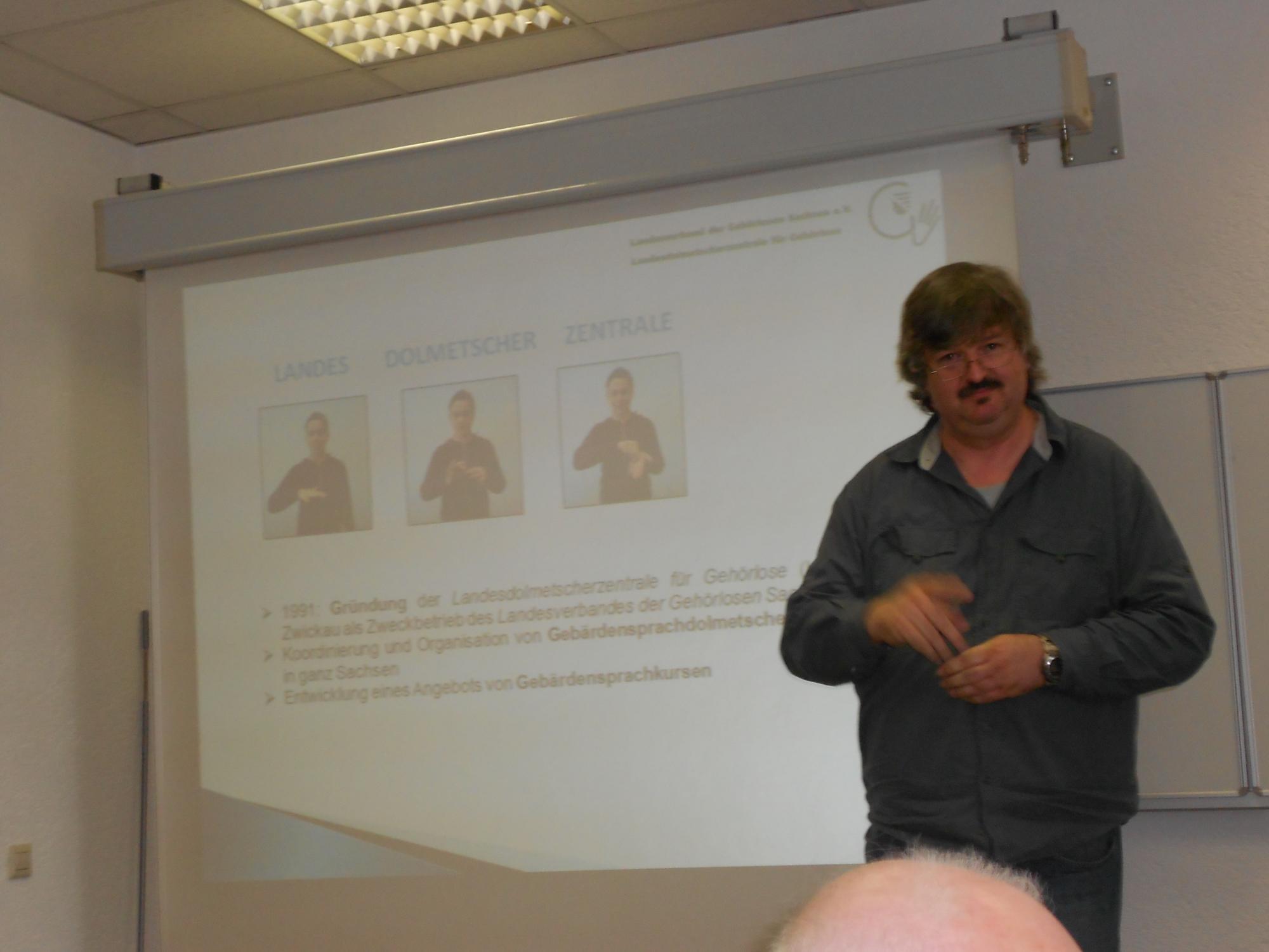 Herr Krieger (Dozent für Gebärdensprache) stellte die Landesdolmetscherzentrale vor