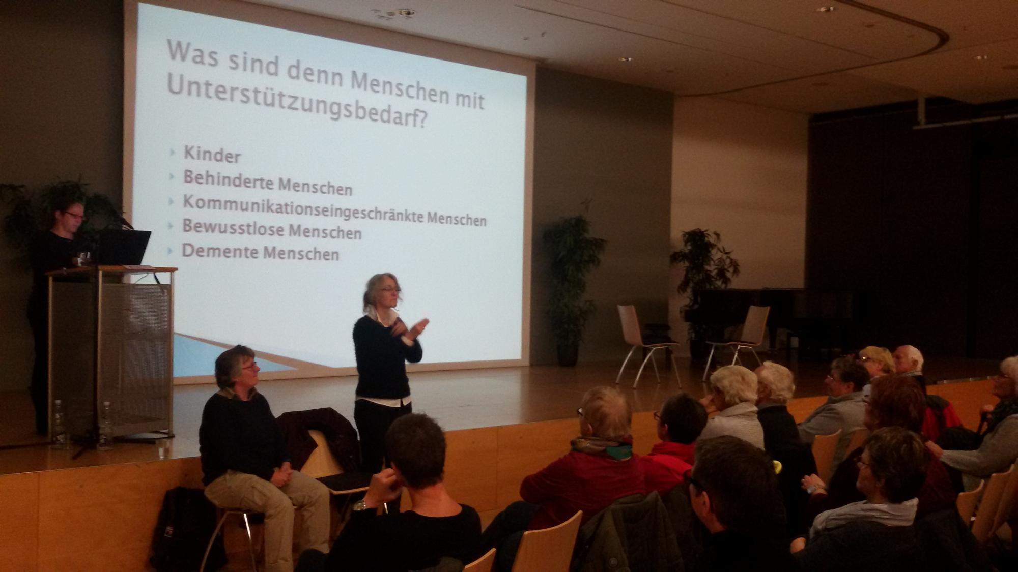 Fr. Dr. Klöck erzählt aus der Perspektive von Menschen mit Demenz.