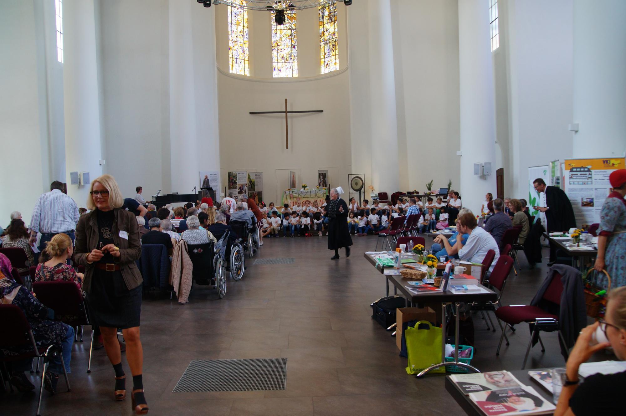 Bunt und rund - ein Blick in die Kreuzeskirche