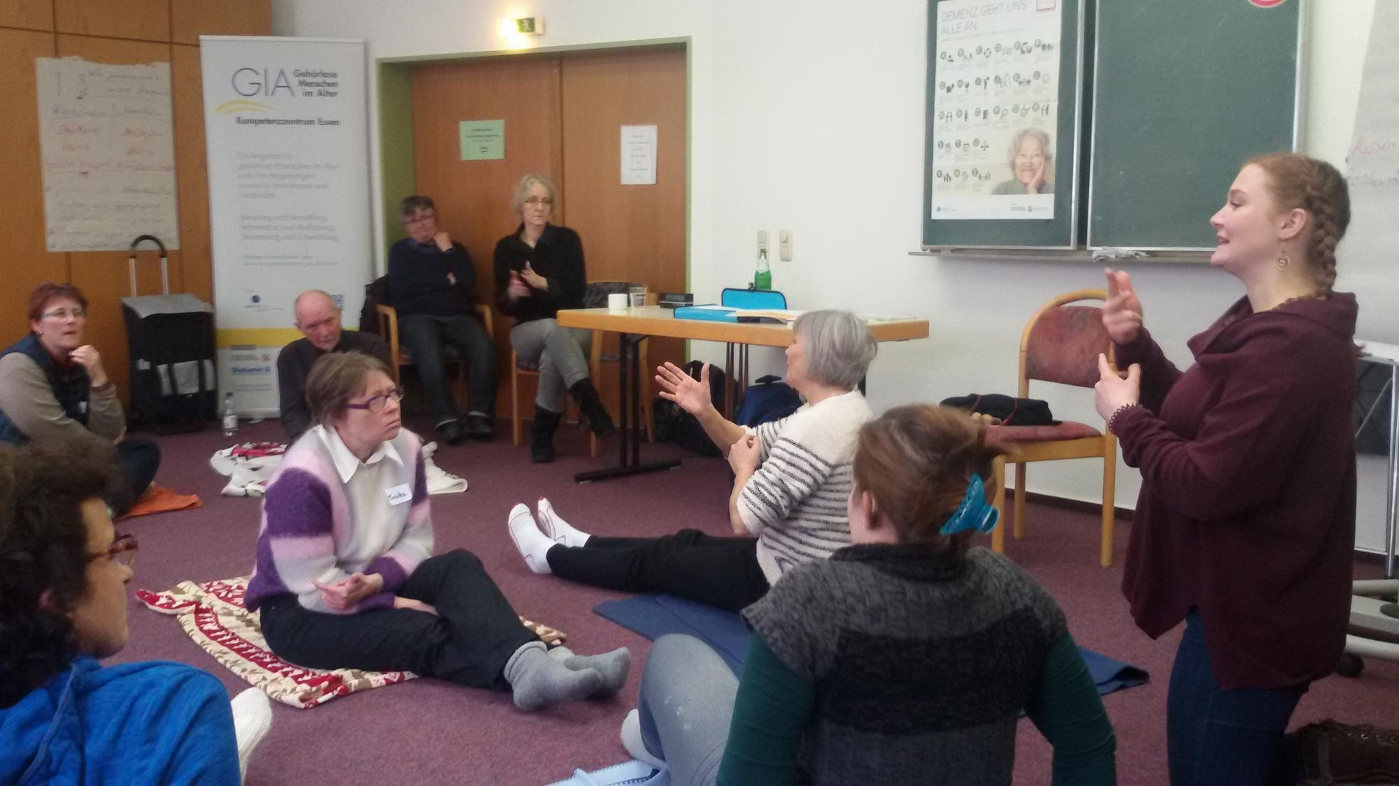 Selbst spüren und ausprobieren auf dem Boden - die Dolmetsch-Praktikantin im Einsatz